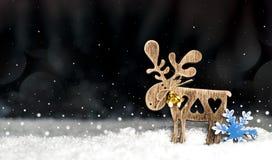 Os cervos de madeira decorativos figuram em um fundo escuro Fotos de Stock Royalty Free