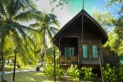 Os chal?s luxuosos no recife Dive Resort, situada na ilha de Mataking foto de stock