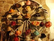 Os chapéus das mulheres da feira profissional no centro da cidade de Berna fotos de stock royalty free