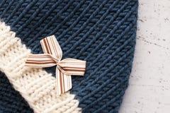 Os chapéus feitos malha de lã das crianças em um fundo claro Conceito da puericultura DIY foto de stock