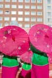 Os chineses tradicionais dançam, com os guarda-chuvas de papel cor-de-rosa abrem imagens de stock royalty free