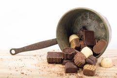 Os chocolates belgas classificaram, chocolates brancos, marrons e escuros fotos de stock