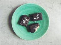 Os chocolates caseiros encheram-se com a manteiga da amêndoa, coberta com sal do mar Imagem de Stock