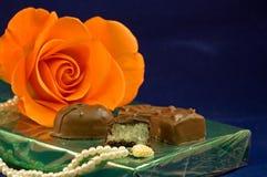 Os chocolates e levantaram-se fotografia de stock royalty free