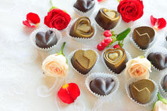 Os chocolates em um coração dão forma feito do leite e do chocolate escuro Foto de Stock Royalty Free