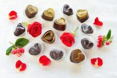 Os chocolates em um coração dão forma feito do leite e do chocolate escuro com Fotografia de Stock Royalty Free
