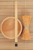 Os Chopsticks japoneses da bacia e Whisk fotografia de stock
