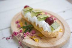 Os Choux desnatam com fruto, sobremesa imagens de stock royalty free