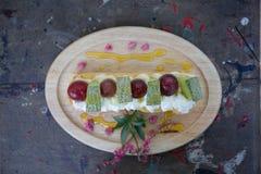 Os Choux desnatam com fruto, sobremesa imagem de stock