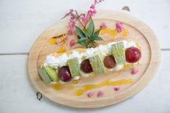 Os Choux desnatam com fruto, sobremesa imagens de stock