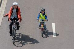 Os ciclistas desfilam em Magdeburgo, Alemanha am 17 06 2017 O pai e o filho são envolvidos ativamente Imagem de Stock Royalty Free