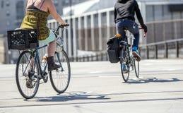 Os ciclistas montam bicicletas na rua amigável para amantes da bicicleta imagem de stock royalty free