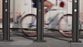 Os ciclistas montam uma bicicleta vídeos de arquivo