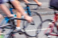 Os ciclistas nas ruas da cidade são imagem rápida movente são bl imagens de stock