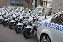 Os ciclos da polícia alinharam atrás do carro de polícia. imagem de stock royalty free