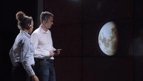 Os cientistas discutem a sombra do eclipse solar na terra Imagem de Stock