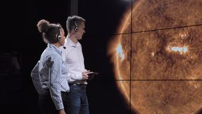 Os cientistas discutem a sombra do eclipse solar na terra Fotos de Stock
