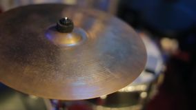 Os cilindros estão na fase antes de um concerto ou de um desempenho da orquestra vídeos de arquivo