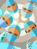 Os cirurgiões fêmeas nas luvas e nas máscaras estão olhando-o paciente Fotos de Stock