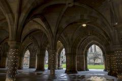 Os claustros em Glasgow University com decorações claras fotografia de stock