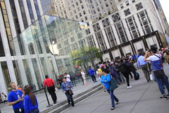 Os clientes alinham fora de Apple Store em Fifth Avenue para comprar o iPhone novo 6 Fotografia de Stock Royalty Free
