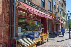 Os clientes compram no mercado do ` s de Beacon Hill De Luca Foto de Stock Royalty Free