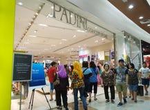 Os clientes compram panos novos na loja de Padini em Johor Bahru, Mal fotografia de stock