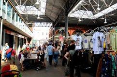 Os clientes consultam tendas no mercado Londres Inglaterra de Spitalfields Imagens de Stock