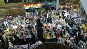 Os clientes estão escolhendo produtos em vendas em um shopping na estrada Banguecoque Tailândia do sukhumvit do supermercado da e vídeos de arquivo