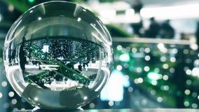 Os clientes irreconhecíveis no Natal e no ano novo decoraram o shopping Vista distorcida através do globo de vidro vídeos de arquivo