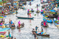 Os clientes vão ao mercado cedo no rio fotografia de stock