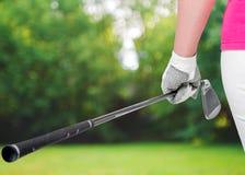 Os clubes de golfe fecham acima nas mãos o atleta Foto de Stock Royalty Free