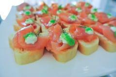 Os cocktail, aperitivos, salmão fumado no baguette decoram com c fotografia de stock
