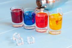 Os cocktail coloridos do tiro fecham-se acima com cubos de gelo sobre Imagem de Stock