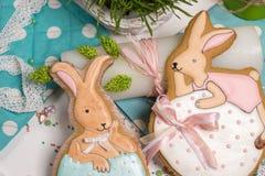 Os coelhos coloridos da Páscoa egg o mel-bolo, grama, fotografia do alimento Imagens de Stock Royalty Free