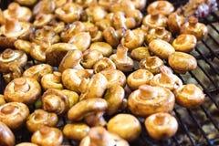 Os cogumelos brancos do cogumelo grelharam na grade ou o vapor do BBQ e gotas pequenas da água Cozinhando cogumelos na grade Mush Imagens de Stock Royalty Free