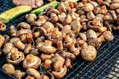 Os cogumelos brancos do cogumelo grelharam na grade ou o vapor do BBQ e gotas pequenas da água Cozinhando cogumelos na grade Imagem de Stock Royalty Free