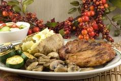 Os cogumelos grelhados do Zucchini de Porkchop cozeram a batata Foto de Stock