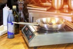 Os cogumelos são fritados, frigideira, fogão de indução, ki do restaurante foto de stock royalty free