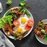 Os cogumelos saudáveis dos vegetais dos ovos fritos da tabela de café da manhã da tabela de café da manhã brindam a opinião super imagens de stock royalty free
