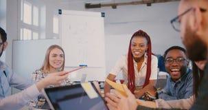 Os colegas de escritório multi-étnicos felizes discutem o trabalho, voto sorrindo com a mulher afro-americano do chefe na reunião filme