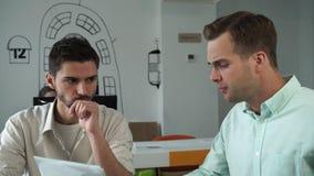 Os colegas discutem a estratégia para o desenvolvimento de uma partida filme