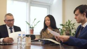 Os colegas e a mulher de negócios do advogado singning o contrato e o acordo no local de trabalho filme