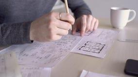 Os colegas novos estão analisando o modelo na tabela no escritório moderno video estoque