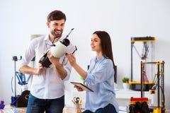 Os colegas positivos que guardam o modelo imprimiram na impressora 3d Imagens de Stock