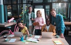 Os colegas profissionais estão trabalhando no escritório Imagens de Stock Royalty Free
