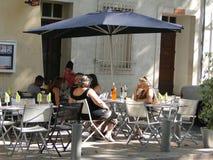 Os comensais ocasionais apreciam uma refeição exterior Fotos de Stock