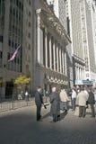 Os comerciantes conservados em estoque tomam uma ruptura na frente de New York Stock Exchange em Wall Street, New York City, New  Imagem de Stock Royalty Free