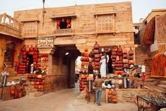 Os comerciantes do couro do camelo armazenam clientes de espera foto de stock