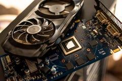 Os componentes de um computador de secretária pessoal uma placa de vídeo desmontada da placa com um mais fresco encontram-se no e fotos de stock